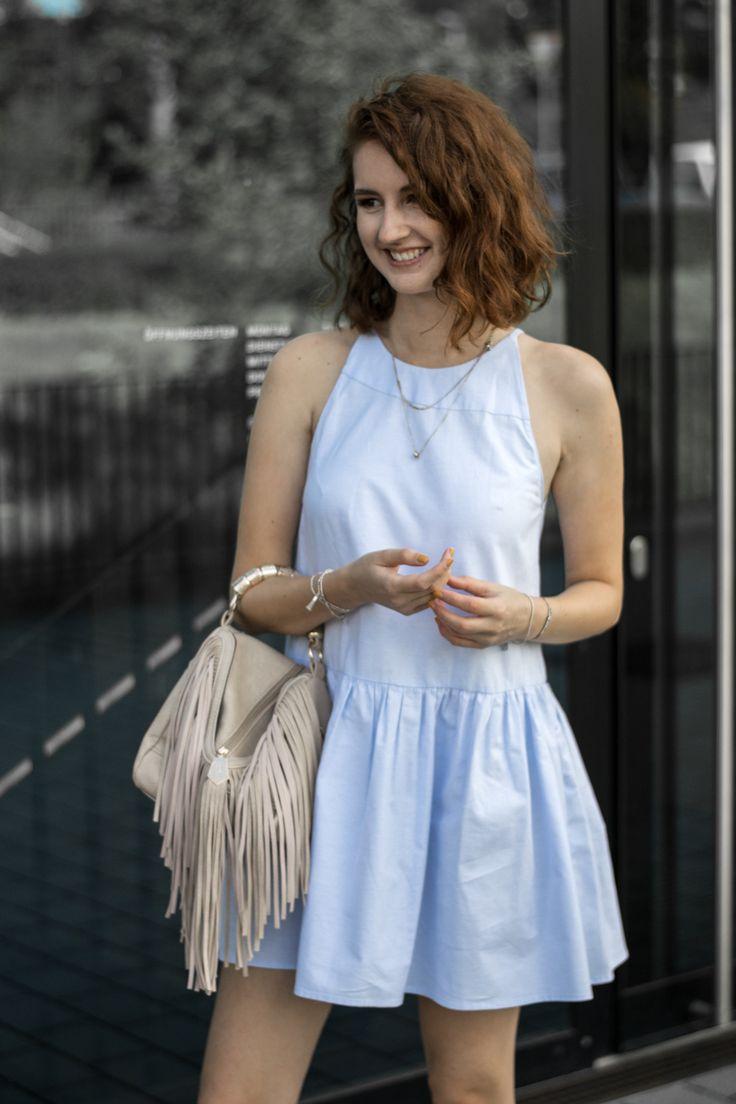Streetstyle Sommeroutfit mit Fransentasche und hellblauem Kleid #blogger #casual