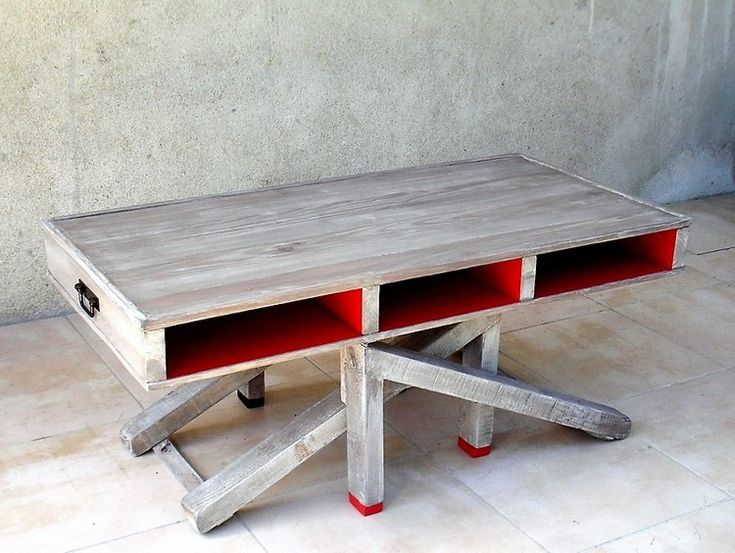 In the first image you will view the appearance of the folding study table that has been so much put together in the artistic and stylish mode of the crafting work. It has been carried out with the supportive legs of wood pallet that are style up in a complete zig zag formations.