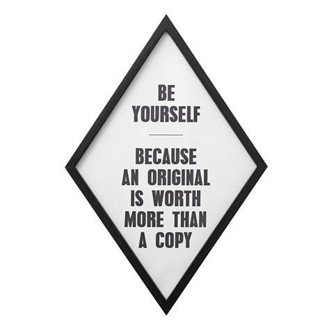 Een verrassende vorm lijst en een inspirerende tekst. 'Be yourself, because an original is worth more than a copy' Deze lijst verdient een mooie plek in elke kamer.