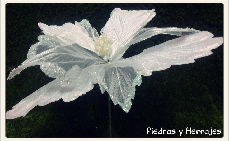 Flor blanca grande   Ref: 65-509  Color: Blanco Unica  Cel.3127994768 Cristina Tel.511 78 17 Medellín-Colombia
