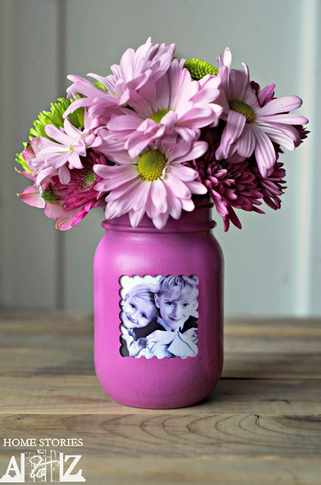 Mason Jar Picture Frame Vase | Easy Mason Jar Gift Ideas for Mother's Day by DIY Ready at  http://diyready.com/diy-gifts-mothers-day-ideas/