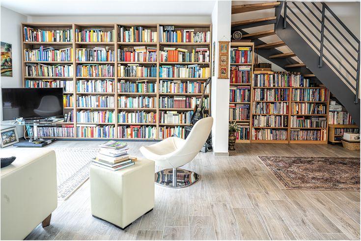 Bücherwand in einem Reihenhaus. Private Bibliothek ...