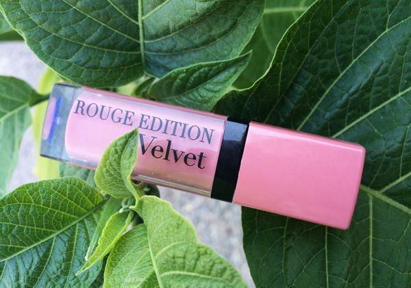 Помада Вourjois из серии Rouge Edition Velvet под названием «Don't pink of it»