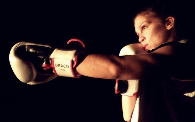 Θέατρο/ Είδαμε: Bitch Boxer της Charlotte Josephine στο Ίδρυμα Μιχάλης Κακογιάννης! Μία αίθουσα μικρή, όσο χρειάζεται για να νιώσεις κοντά σου τις αναπνοές. Με παιχνίδια φωτός αλλάζουν οι εντάσεις. Δεν χρειάζεται τίποτα άλλο στη σκηνή. Είναι ο ρόλος της Ελίνας Ρίζου να τα δημιουργήσει. Δύο γάντια του μποξ τα μοναδικά της σύνεργα.