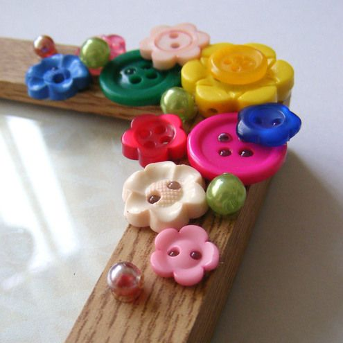 DIY: Accessories With Old Buttons, Button frame