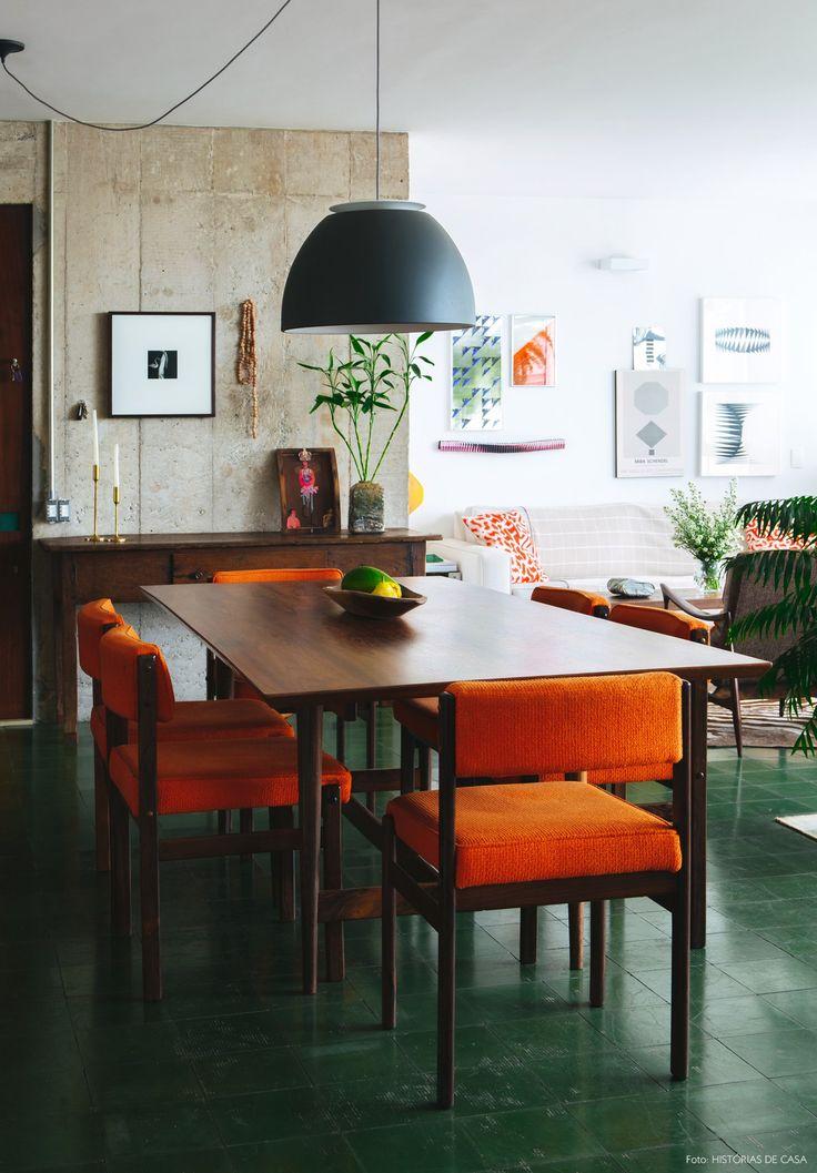 Móveis vintage dão ar modernista para a sala de jantar desse apê em SP.