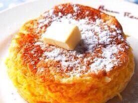 【ふんわりホットケーキ】  ①卵白2個分でメレンゲを作る ②①に卵黄2個と薄力粉20gをサックリ混ぜ砂糖大さじ1・ベーキングパウダー少量と牛乳30ccを加える ③フライパンで両面焼いて完成