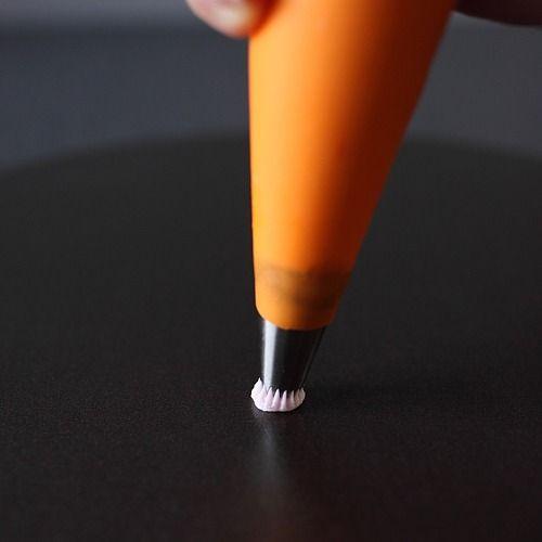 Apprenez à décorer avec une poche à douille. Explications et animations vous sont proposées pour une meilleure compréhension des gestes.