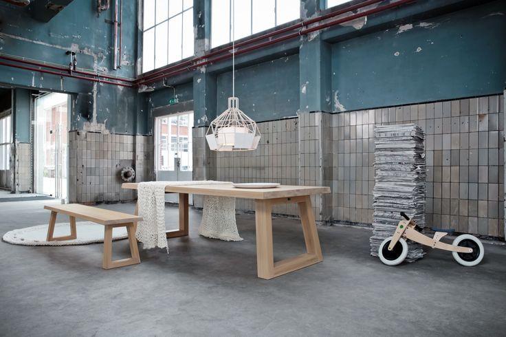 Et si vous pensiez 'banc' au lieu de 'chaise' pour compléter votre salle à manger ? Table et banc Slide par Remy Meijers pour Odesi.