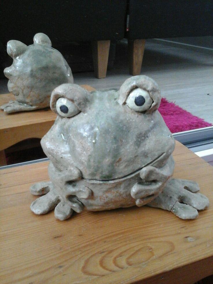 Savesta tehty sammakko. Keramiikka