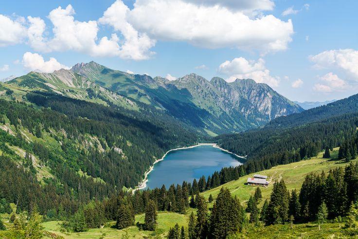 Arnensee Gstaad  https://www.travelita.ch/col-du-pillon-arnensee-wandertipp-fuer-heisse-herbsttage/
