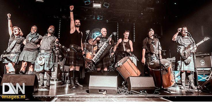 #SASSENACHS Sassenachs  is een achtkoppige folkrock band uit Dordrecht. Geheel in stijl, gekleed in 18e eeuwse plaids, en met de unieke combinatie van snoeiende gitaren, fluit, (war)drums en doedelzak neemt deze folkrock band je mee op reis naar Schotland. Als support act fungeerde The Highland Sell-Outs. Deze Groningse band brengt Ierse, Amerikaans en Schotse Folk traditionals zoals ze in de pubs gespeeld worden. Klik op bovenstaande foto voor het volledige fotoverslag!
