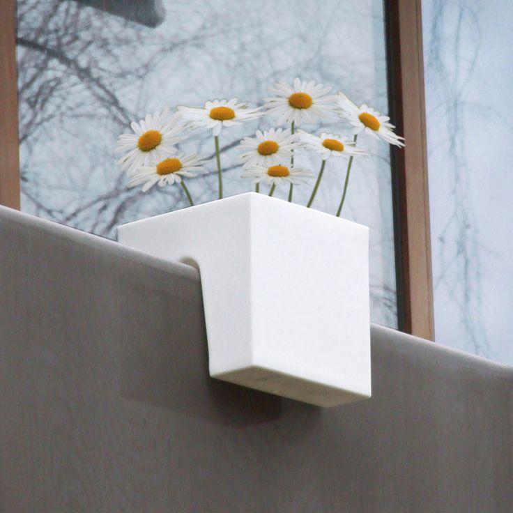 Il concetto di arredamento innovativo per piccoli balconi e terrazza. E' un tavolo piccolo per balcone con fioriera integrata: la tabella vassoio è facile da appoggiare sulla ringhiera del balcone (spessore fino a 65 mm, non importa se piatto rotondo in acciaio, o tubo quadrato) sospeso; I profili laterali forniscono protezione dal vento. Invece di terriccio e gerani, serbatoio di stoccaggio tiene naturalmente cubetti di ghiaccio e bibite.. Misura: Larghezza: 60cm / profondità all&...