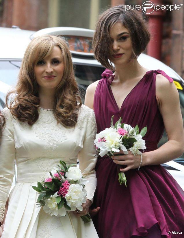Keira Knightley aux côtés de Kerry Nixon, la mariée, lors du mariage de son frère Caleb Knightley au Pollokshields Burgh Hal de Glasgow en E...
