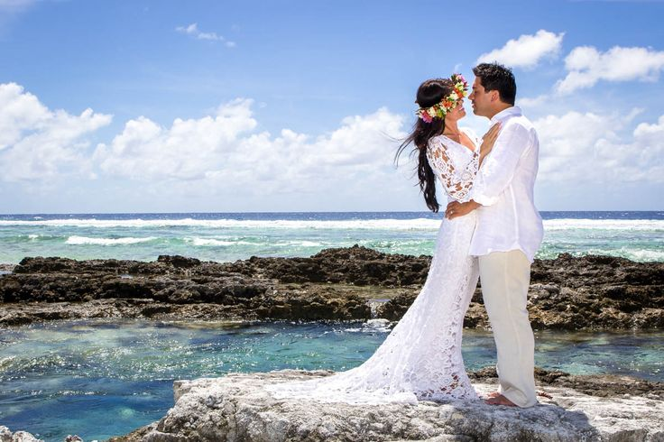 Photo shooting after your polynesian wedding.  The turquoise colors of the lagoon and the Pacific Ocean reef offers the perfect backdrop.