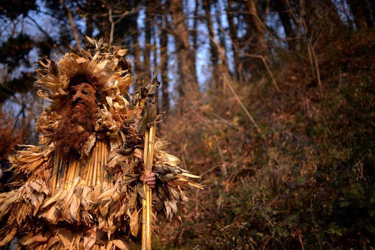 İspanya'da küçük bir kasaba olan Silio, her yılın ilk pazar günü oldukça ilginç bir festivale ev sahipliği yapıyor. La Vijanera adındaki pagan festivali, doğayı çağrıştıran kostümler giyen figürler ve çeşitli danslarla kötü ruhları uzak tutmaya çalışıyor. Kilisesi'nin yasağı nedeniyle uzun yıllar gizlice kutlanan festival, 80'li yıllardan bu yana resmi bir şekilde gerçekleştiriliyor. Festival kapsamında onlarca farklı karekter, farklı kostümler ve zillerle doğanın uyanış çağrısına ortak…