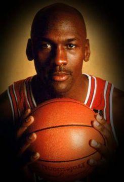 Michael Jordan • Avrò segnato undici volte canestri vincenti sulla sirena, e altre diciassette volte a meno di dieci secondi alla fine, ma nella mia carriera ho sbagliato più di novemila tiri. Ho perso quasi trecento partite. Trentasei volte i miei compagni mi hanno affidato il tiro decisivo e l'ho sbagliato. Nella vita ho fallito molte volte. Ed è per questo che alla fine ho vinto tutto.