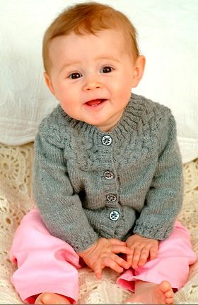 På babytrøjen starter man med at strikke bærestykket som en lang snoning – herfra strikkes krop og ærmer nedad, og de afsluttes med en sød bort i ribmønster