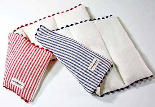 Microwavable Rice Heating Pads {I've made similar ones before and they make the best gifts...especially for the elderly or those who are ill often}. <3 :)