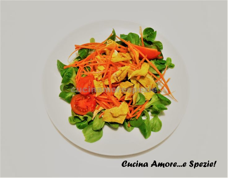 L'insalata di pollo al curry è un secondo piatto freddo ideale per tutti gli amanti delle spezie, dei piatti freschi e veloci da realizzare!
