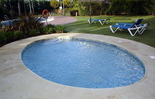 Piscina infantil. Si el mantenimiento de la piscina es fundamental para disfrutarla de forma saludable, en el caso de los más pequeños hay redoblar esfuerzos.
