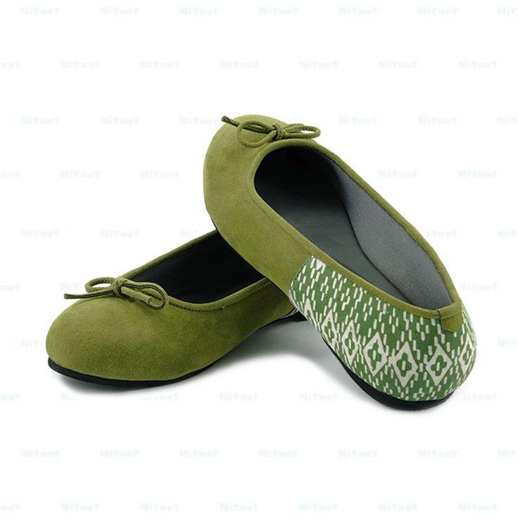 Flatshoes cantik dengan bahan suede kombinasi batik cap halus. Sol karet anti selip.