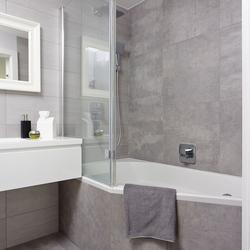 Szara łazienka aranżacja: efekt betonu w łazience