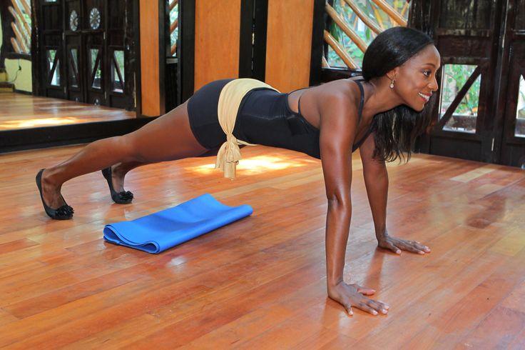 7.Levanta las rodillas fuera del tapete y mantén una posición de plancha durante 10 segundos. Los hombros deben estar a la altura de las caderas, abdominales  Contraídos, apretando Gluteos.