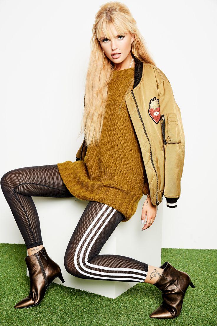 Gefällt Dir der einzigartige Look von unserem Idol @bonniestrange ? Shoppe das Strickkleid, die Bomberjacke, die Lackstiefel oder gleich das komplette Outfit jetzt mit nur einem Klick @aboutyoude