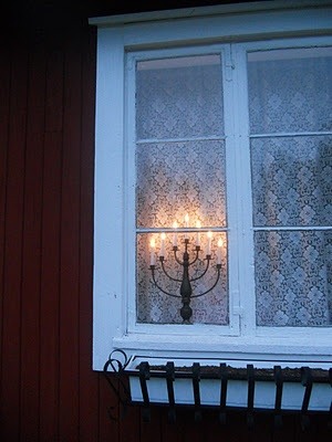 Winter window. I have developed a serious crush on lace curtains. This looks so cozy.