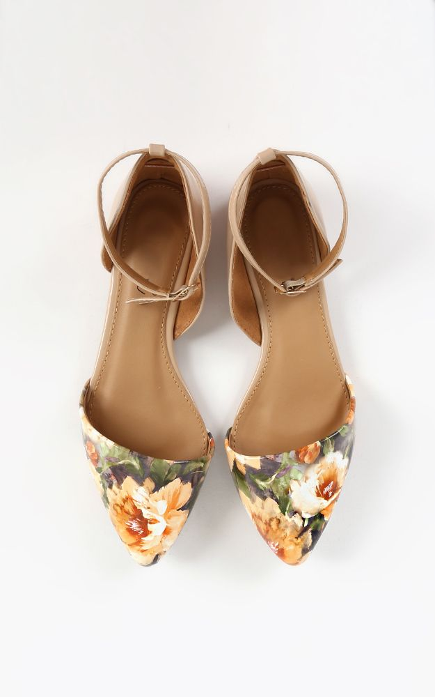 Positively adore these pointy toed dorsay flats. The floral print is so natural, will be so cute with denim or a spring dress. | MakeMeChic.com
