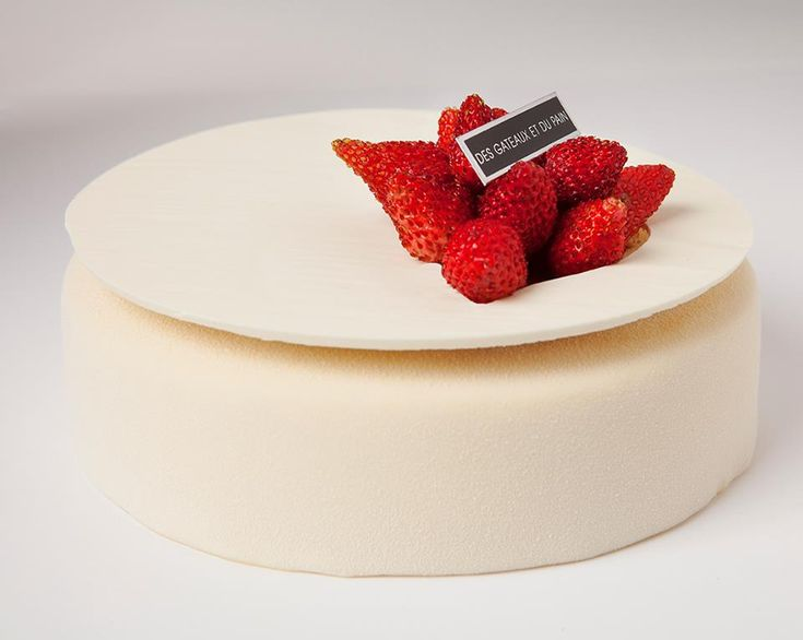Madame Rêve Claire Damon – Des Gâteaux et du Pain. Cake of Jasmine cream and wild strawberries.