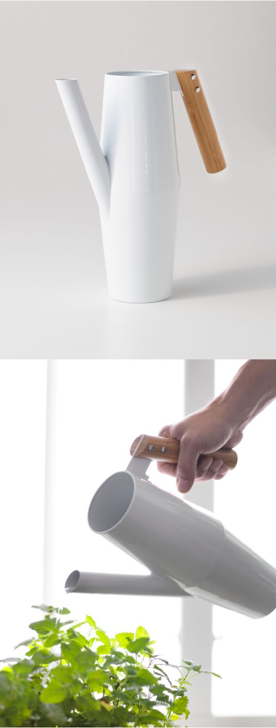 With the steel and bamboo BITTERGURKA watering can, you can express your clean and modern style even while watering your plants.