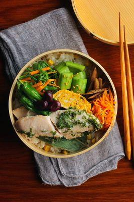 とうもろこしご飯鶏ささみの大葉揚げ青葱入り卵焼き龍の髭とコリンキーの胡麻油和え胡瓜のベトナム風和え物牛蒡の一味炒めしらすと人参の塩炒め茹で赤空豆素揚げしし唐今日は「ささみの大葉揚げ」が主役のお弁当。普通の天ぷらよりも食べ応えが出るように~と