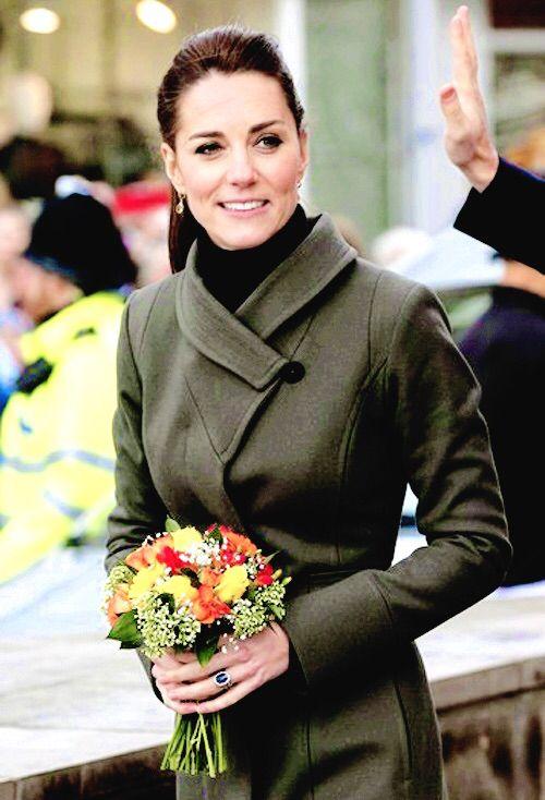 Le prince William, duc de Cambridge, et Catherine Kate Middleton, duchesse de Cambridge, ont visiter la ville de Caernarfon dans le nord du Pays de Galles le 20 novembre 2015. Manteau : Reiss