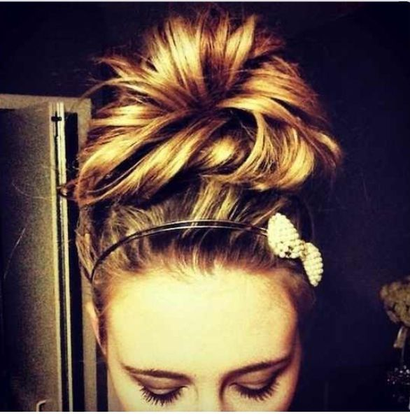 Such a cute messy bun I love it. I wish I knew how to do a messy bun like that