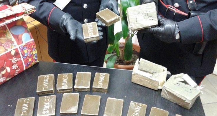 Blitz Carabinieri Arrestato uomo tra Marano e Pozzuoli I carabinieri dell'Arma di Marano hanno arrestato un uomo che trasportava sostanze stupefacenti. L'uomo è stato fermato in via Campana strada che porta verso Pozzuoli. All'interno dell'auto i militar