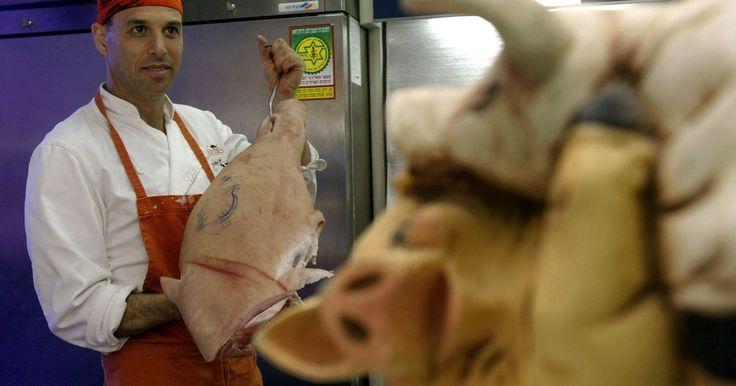 Cómo hacer un adobo para una pierna de cerdo. La pierna de puerco o un jamón fresco necesitan un adobo ácido para hacerlos más tiernos y jugosos después de cocinarlos. El ingrediente ácido puede ser cualquier cosa desde vino hasta jugo de naranja. Cuando marines una pierna de cerdo utiliza recipientes de vidrio, esmalte o porcelana y asegúrate de que sean lo suficientemente grandes para que ...