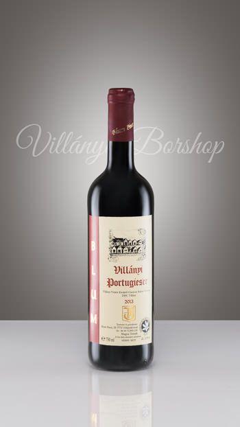 Blum Portugieser 2013  A villányi borvidék fő fajtája, erjesztést követően, néhány hónapos ászkolás után kerül palackba. Színe bíborvörös, lilás árnyalattal, sava lágy, bársonyos, ízében a gyümölcsösség jellemző, a cseresznye és meggy jelenik meg benne. Legkorábban érő szőlőfajta, így ebből készül az éve első új (Primőr) bora is, mely Márton napjára már palackba is kerül, valamint a rose borok kíváló alapanyaga. Fogyasztását fiatalon ajánljuk. Alacsony alkoholtartalma és savtartalma miatt, a…