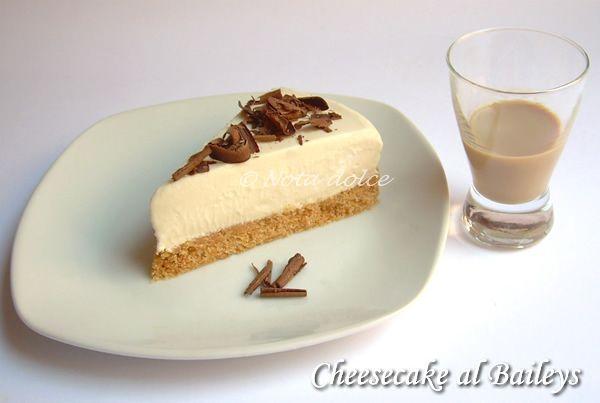 La cheesecake al Baileys è un dolce al cucchiaio veramente eccezionale, supergoloso ma anche molto raffinato, perfetto per concludere un pasto o per merenda