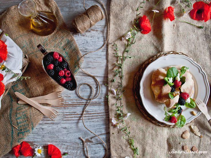 Puffs con ensalada de frutos silvestres y requesón