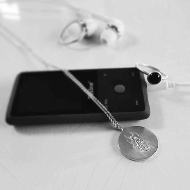 Det bedste jeg ved er smykker og musik. #hvisk #hviskstyling #hviskstylist #hviskjewellery #hviskpin #smykker #jewellery #ringen #fingerring #fingerringe #ring #halskæde #halskæder #sorthvid #blackandwhite #blackwhite