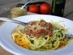 Spaghettis de courgette, sauce aux tomates fraîches et crumesan aux graines de chanvre (ça prend des bonnes tomates)