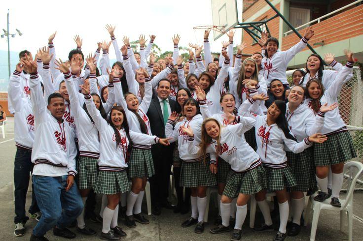 Entrega de chaquetas Prom 2015 a los alumnos de la I.E Los Gómez