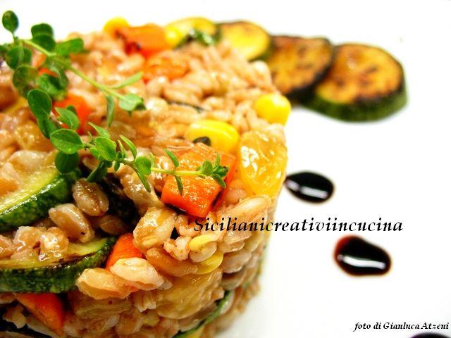 Insalata vegetariana di farro con zucchine alla griglia