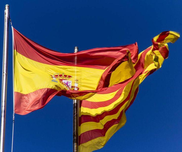 Spanish and Catalan flag @ Palau de la Generalitat de Catalunya