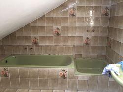 Badewanne und Fliesen vor dem Streichen