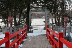 群馬県前橋市の赤城神社です。-Akagi Jinja (Maebashi City,Gunma)- 群馬には総社、二宮論争をしていた赤城神社が3社あるそうです。こちらは赤城山山頂近くにある大洞赤城神社で、二宮論社とされているそうです。 その社名の通り真っ赤な社殿が建てられています。 赤城山の中でも最も高い黒桧山を背にして、大沼に浮かぶ様子はとても美しいです。