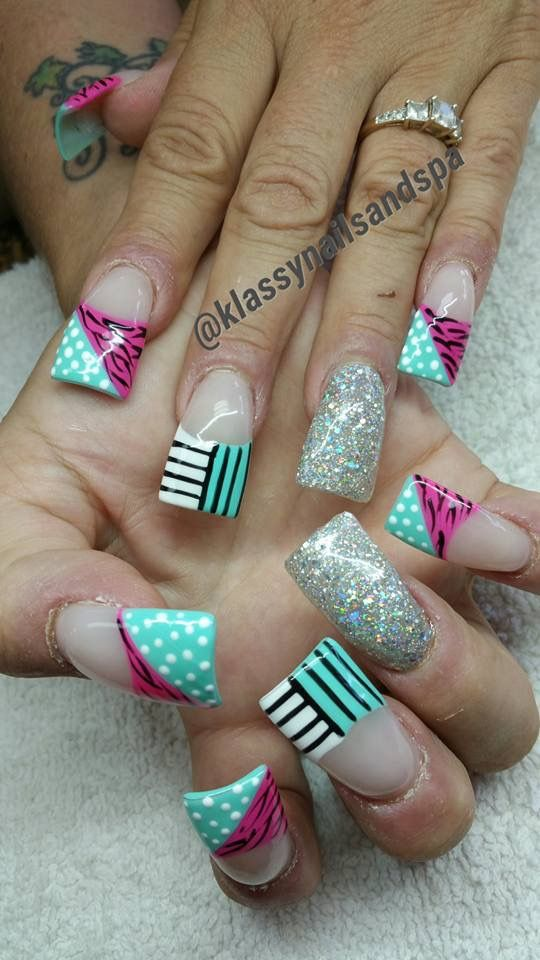 Cute Duck feet nail art design with stripes, glitter and animal print | flare tip nails | wide fan nails | Unas