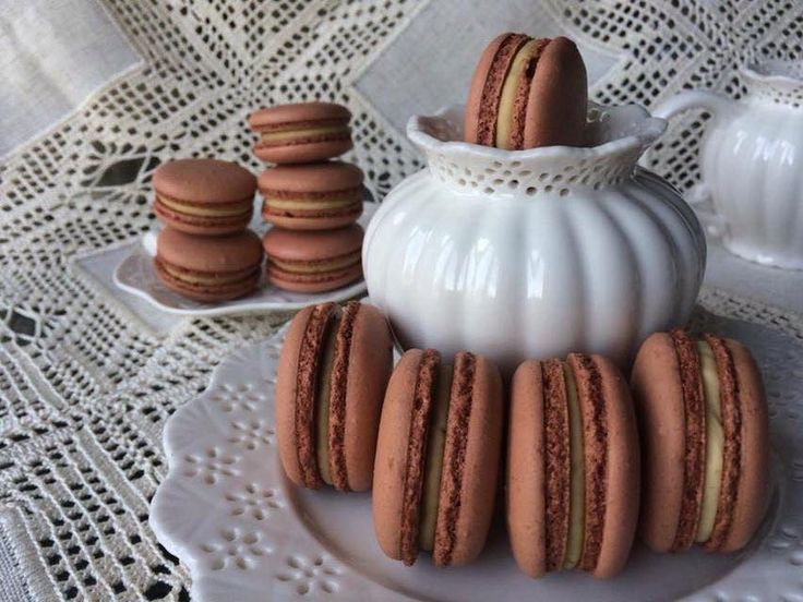 Wow! These cookie butter macarons are to die for! <3 Get more Cute Macaron ideas on www.CarlasCakesOnline.com